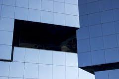 Colpo vicino di un façade moderno regolare della parete della finestra di vetro immagini stock libere da diritti