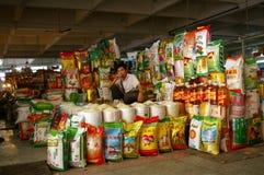 Colporteur chinois de riz sur le marché Images libres de droits