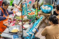 Colporteur faisant cuire pour la nourriture d'omelette à vendre sur la rue Une omelette ou une omelette est un plat fait à partir image stock