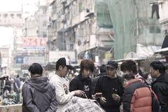 Colporteurs occupés avec des propriétaires à Hong Kong Photographie stock
