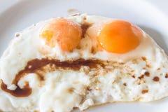 Colse acima de dois ovos fritos para o conceito saudável do alimento de café da manhã Fotos de Stock Royalty Free