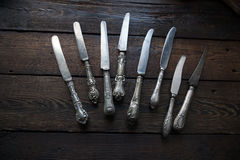 Coltelleria d'annata della cucina - coltelli su fondo di legno Immagine Stock Libera da Diritti