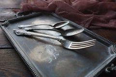 Coltelleria d'annata della cucina - cucchiai e forchetta sul vassoio d'argento Fotografia Stock
