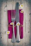 Coltelleria - forcella e coltello sul tovagliolo porpora in scaletta d'annata fotografia stock libera da diritti