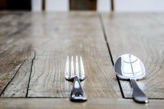 Coltelleria su una tavola di legno immagini stock libere da diritti