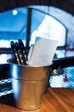Coltelleria sulla tavola nel pub Immagine Stock