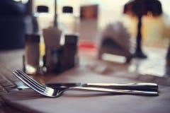 Coltelleria sulla tavola in ristorante Fotografia Stock