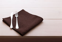 Coltelleria, tovaglia sulla tavola di legno bianca per fotografia stock libera da diritti