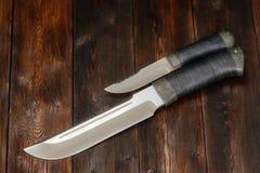 Coltelli d'acciaio fatti a mano su un fondo di legno, primo piano di caccia Immagine Stock Libera da Diritti