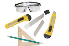 Coltelli della costruzione sugli strumenti bianchi di un fondo su un fondo bianco Oggetti per la riparazione e la raccolta di mob immagine stock libera da diritti