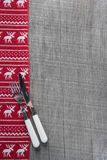 Coltelli e forcelle sul fondo di legno di natale nel rosso per uomini Fotografia Stock Libera da Diritti