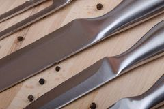Coltelli nella fila su legno Fotografie Stock