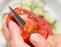 Coltello affettato del pomodoro Fotografia Stock