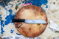 Coltello da cucina inossidabile sul tagliere di legno Fotografie Stock Libere da Diritti