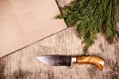 Coltello da cucina, tagliere e libro di cucina Coltello fatto a mano Copi lo spazio immagini stock
