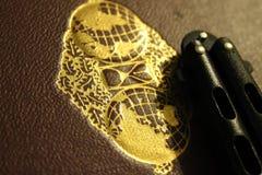 Coltello della farfalla oltre al libro con la guarnizione dorata fotografia stock
