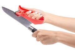 Coltello della macchina per affilare i coltelli a disposizione immagini stock libere da diritti