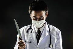 Coltello della tenuta di psicosi del dottore Serial Killer Immagini Stock Libere da Diritti