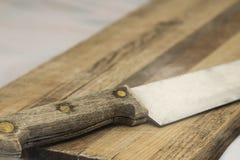 Coltello di legno sul tagliere antiquato granulare Fotografia Stock Libera da Diritti