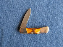 Coltello di tasca su denim blu Immagine Stock