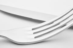 Coltello e dettaglio della forcella sopra un fondo bianco cutlery Immagine Stock Libera da Diritti