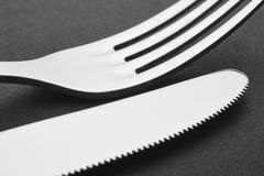 Coltello e dettaglio della forcella sopra un fondo nero cutlery Fotografia Stock