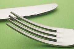 Coltello e dettaglio della forcella sopra un fondo verde cutlery Immagine Stock Libera da Diritti