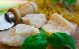 Coltello tradizionale per parmigiano, basilico, pasta Immagini Stock Libere da Diritti