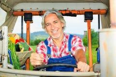 Coltivatore che guida il suo trattore Fotografie Stock Libere da Diritti