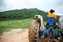 Coltivatore che guida trattore Immagine Stock Libera da Diritti