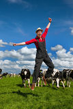 Coltivatore felice nel campo con le mucche Fotografie Stock Libere da Diritti