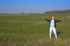 Coltivatore felice nel campo dell'azienda agricola all'esterno Immagini Stock Libere da Diritti