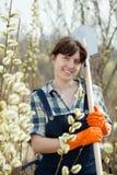 Coltivatore femminile con la pala Fotografia Stock Libera da Diritti