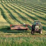 Coltivatore sul trattore nel campo Fotografie Stock