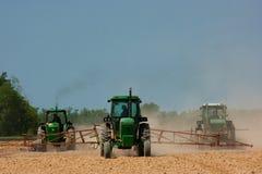 Coltivatori che arano il campo Fotografie Stock