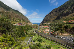 Coltivazione del terrazzo e del villaggio nei dintorni di sao Vicente Costa del nord dell'isola del Madera Immagini Stock
