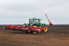 Coltivazione del trattore nel campo Fotografia Stock