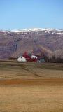 Coltivi con la chiesa vicino al ghiacciaio del vatnajokull in Islanda orientale Immagine Stock