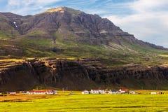 Coltivi ed alloggi nel fiordo Berufjordur, Islanda Fotografia Stock