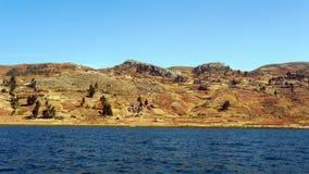Coltivi i terrazzi ed il villaggio da Lake Titicaca, Perù Immagini Stock