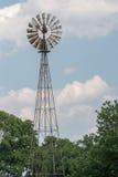 Coltivi il vecchio mulino a vento per l'acqua nel paese della Pensilvania Amish Fotografie Stock Libere da Diritti