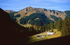 Coltivi la casa nella valle Fotografia Stock Libera da Diritti