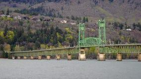 Columbia poderoso fluye debajo del puente en Hood River Oregon almacen de metraje de vídeo