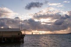 Columbia River in Astoria mit Astoria-Meglerbrücke im Hintergrund Lizenzfreies Stockfoto