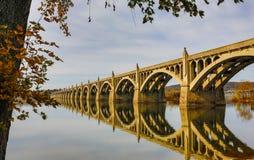 Columbia till den Wrightsville bron spänner över Susquehanna River Arkivfoto