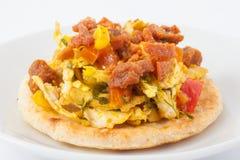 Columbiaanse die arepa met kippenborst en varkensvlees wordt bedekt Stock Afbeeldingen