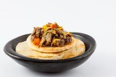 Columbiaanse die arepa met verscheurd rundvlees wordt bedekt Royalty-vrije Stock Foto