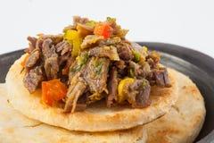 Columbiaanse die arepa met verscheurd rundvlees wordt bedekt Royalty-vrije Stock Fotografie