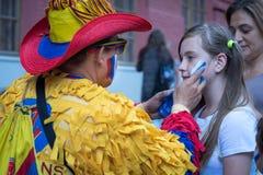 Columbian wielbiciela sportu rosjanina rysunkowa flaga na policzku młody caucasian dziewczyna wielbiciel sportu przy ulicą w cent Obraz Stock