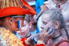 Columbian wielbiciela sportu rosjanina rysunkowa flaga na policzku młody caucasian dziewczyna wielbiciel sportu przy ulicą w cent Fotografia Royalty Free
